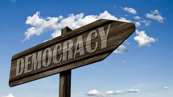 A caminhada para a democracia é objetivo de muitas sociedades na História, e a coesão social é importante para isso (Fonte: Pixabay)